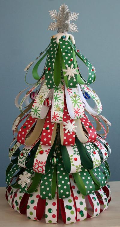 árvore de natal com fitas de cetim