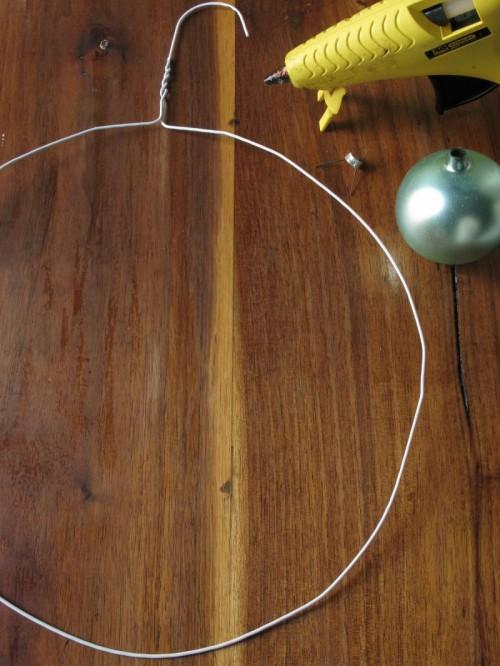 guirlanda de natal com bolas e cabide 2