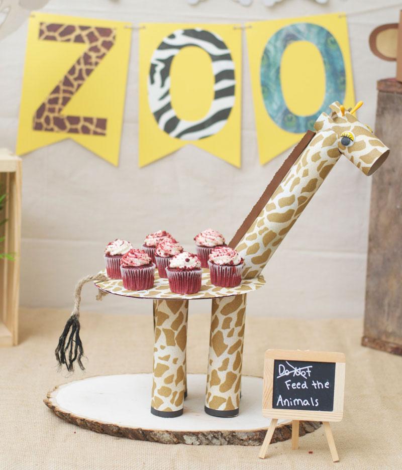 como-fazer-enfeite-mesa-aniversario-infantil-tema-zoologico-safari-girafinha-cupcake-1